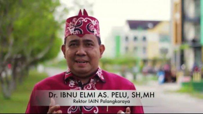 Rektor IAIN Palangka Raya Dr. Ibnu Elmi A.S. Pelu, S.H., MH sedang memberikan sambutan pada Milad IAIN Palangka Raya.